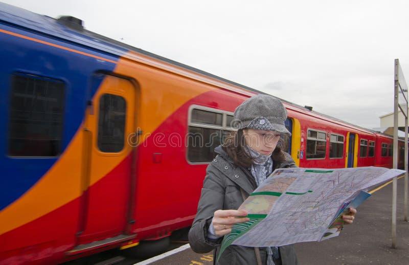 Γυναίκα τουριστών στο σταθμό τρένου στοκ εικόνες