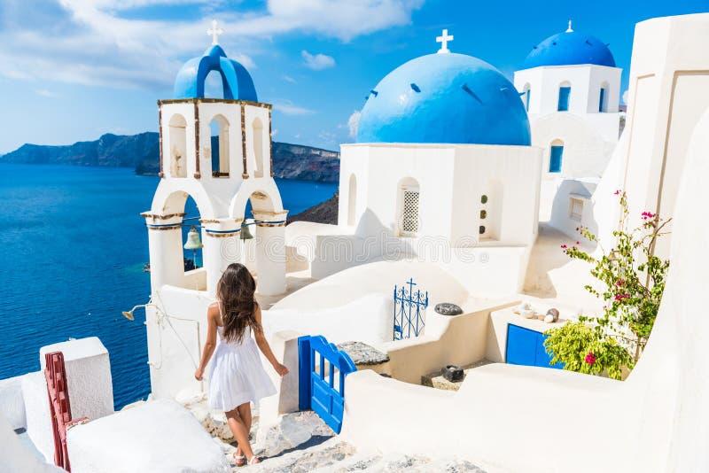 Γυναίκα τουριστών ταξιδιού Santorini στις διακοπές Oia στοκ φωτογραφία
