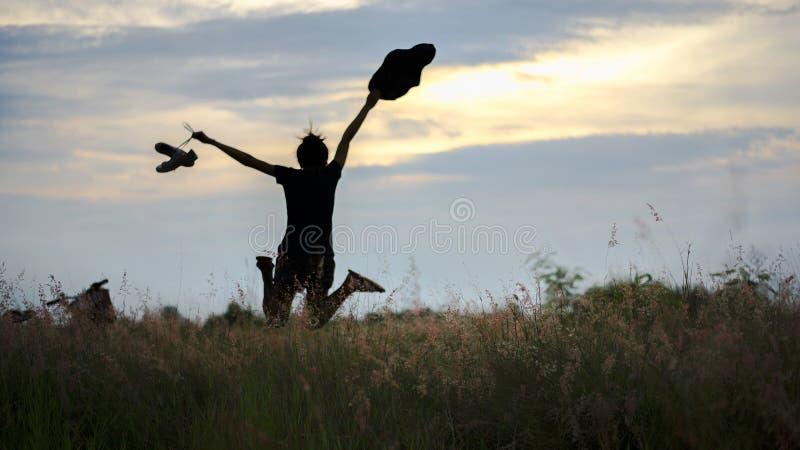 Γυναίκα του Yong στο λιβάδι ταξίδι και ηλιοβασίλεμα στοκ εικόνες με δικαίωμα ελεύθερης χρήσης