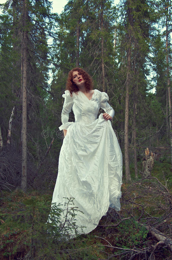 Γυναίκα το μυστικό δάσος στοκ φωτογραφία με δικαίωμα ελεύθερης χρήσης