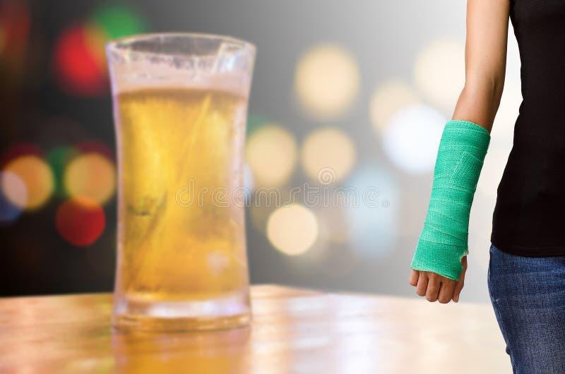 Γυναίκα τραυματισμών με πράσινο χυτό σε διαθεσιμότητα και βραχίονας στο θολωμένο backgrou στοκ φωτογραφία με δικαίωμα ελεύθερης χρήσης