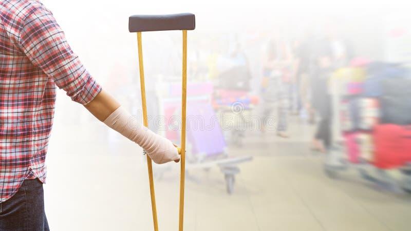 γυναίκα τραυματισμών που στέκεται φορώντας το πουκάμισο και τα τζιν με το ελαστικό banda στοκ φωτογραφίες