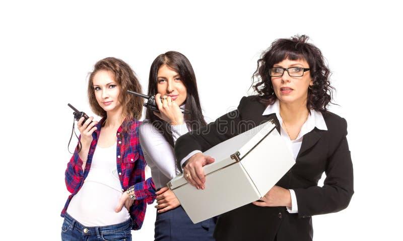 Γυναίκα τριών επιχειρήσεων με το ραδιόφωνο φακέλλων και Cb στοκ φωτογραφίες με δικαίωμα ελεύθερης χρήσης