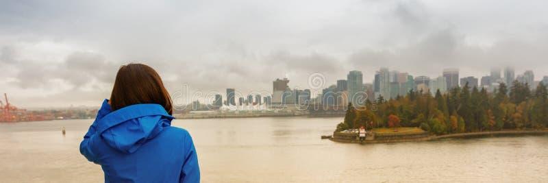 Γυναίκα τρόπου ζωής πόλεων του Βανκούβερ που εξετάζει το λιμάνι άνθρακα, Βρετανική Κολομβία, ταξίδι του Καναδά σπουδαστής τουριστ στοκ φωτογραφία