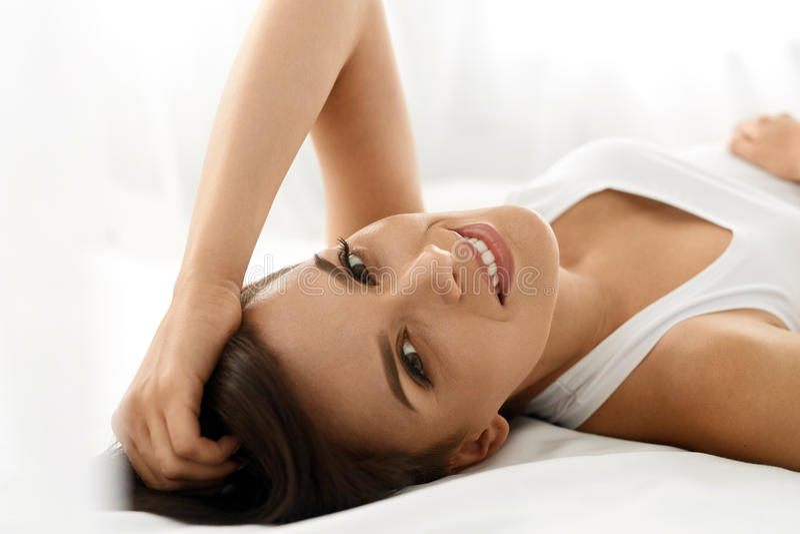 γυναίκα υγείας s Χαμογελώντας γυναίκα με το όμορφο δέρμα προσώπου _ στοκ εικόνα με δικαίωμα ελεύθερης χρήσης