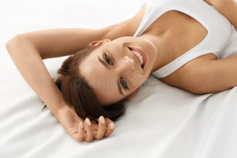 γυναίκα υγείας s Χαμογελώντας γυναίκα με το όμορφο δέρμα προσώπου _ στοκ φωτογραφία με δικαίωμα ελεύθερης χρήσης