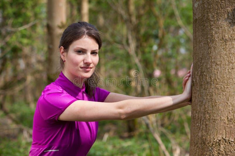 γυναίκα υπαίθρια τεντώματ στοκ φωτογραφία