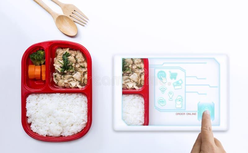Γυναίκα υπηρεσιών παράδοσης τροφίμων που διατάζει την οθόνη αφής τροφίμων για τη διαταγή on-line και τα μέσα εικονιδίων Επιχείρησ στοκ φωτογραφία με δικαίωμα ελεύθερης χρήσης