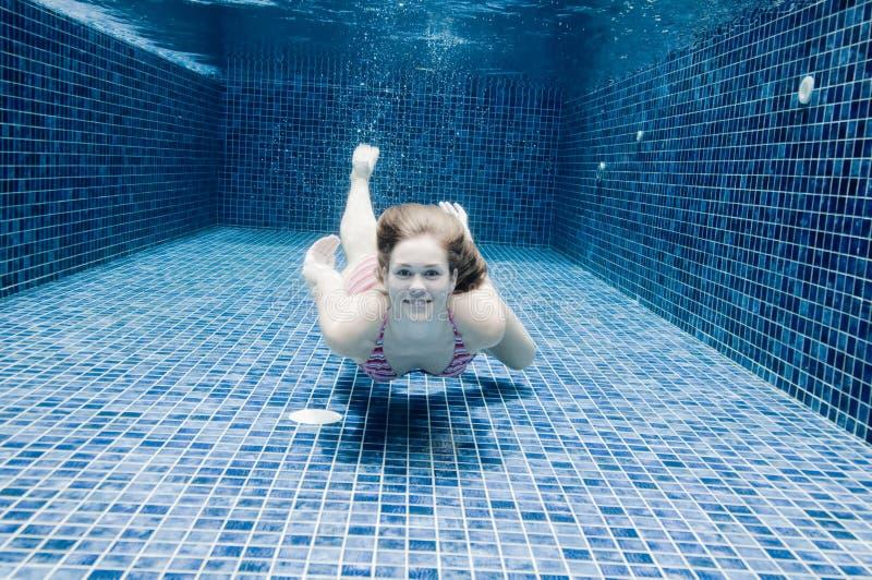 Γυναίκα υποβρύχια στοκ φωτογραφίες με δικαίωμα ελεύθερης χρήσης