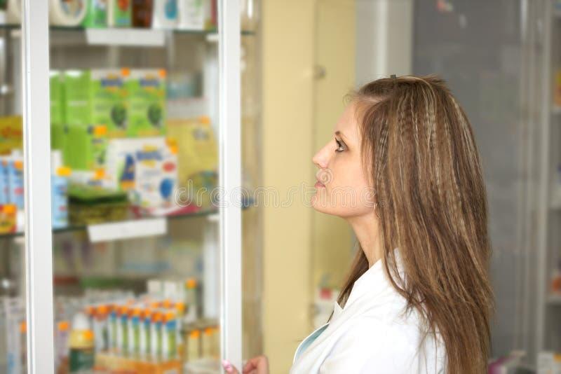 γυναίκα φαρμακείων φαρμακείων χημικών στοκ φωτογραφία με δικαίωμα ελεύθερης χρήσης