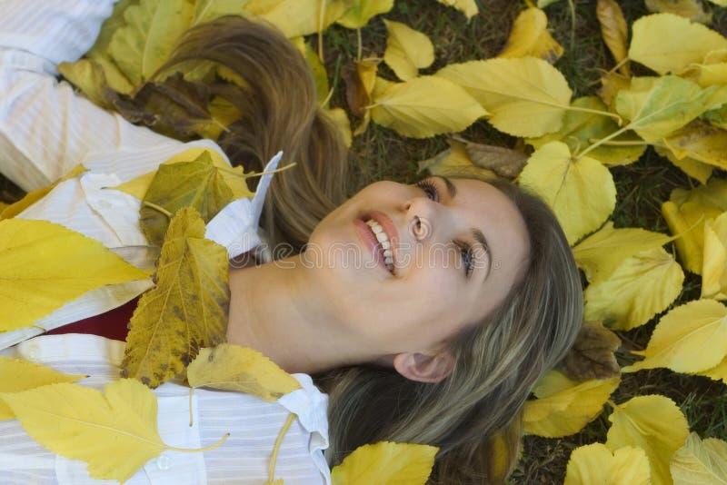 Download γυναίκα φθινοπώρου στοκ εικόνα. εικόνα από κορίτσι, κίτρινος - 50537