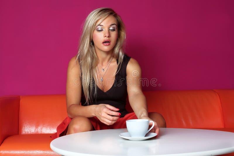 γυναίκα φλυτζανιών στοκ εικόνα με δικαίωμα ελεύθερης χρήσης