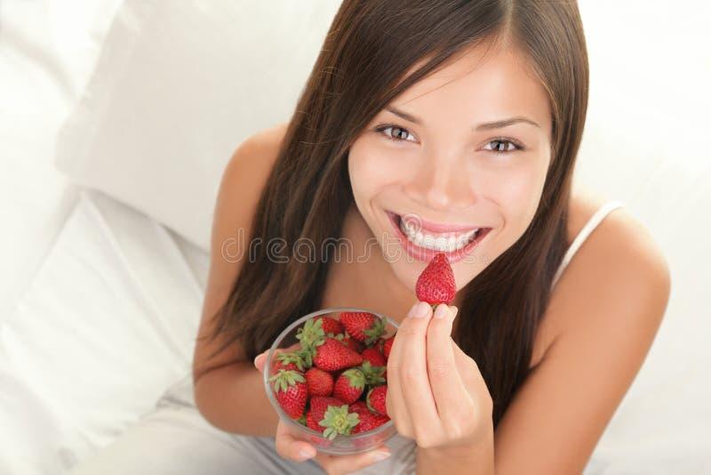 γυναίκα φραουλών στοκ εικόνα