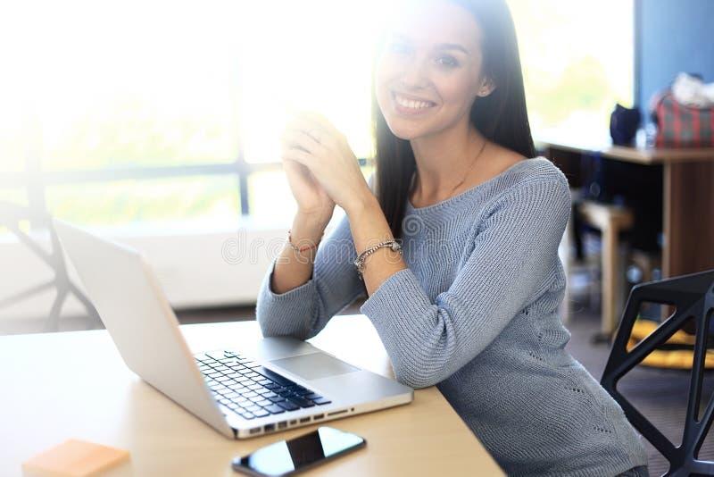 Γυναίκα φωτογραφιών που εργάζεται με το νέο πρόγραμμα ξεκινήματος στη σύγχρονη σοφίτα Γενικό σημειωματάριο σχεδίου στον ξύλινο πί στοκ εικόνα με δικαίωμα ελεύθερης χρήσης