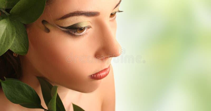 γυναίκα φύλλων στοκ φωτογραφία με δικαίωμα ελεύθερης χρήσης