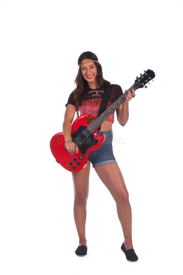 Γυναίκα χίπηδων που κρατά μια κιθάρα στοκ εικόνα με δικαίωμα ελεύθερης χρήσης