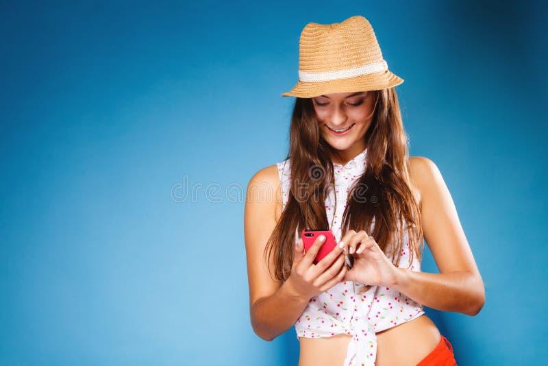 Γυναίκα χρησιμοποιώντας την κινητή τηλεφωνική ανάγνωση sms ή texting στοκ εικόνες με δικαίωμα ελεύθερης χρήσης