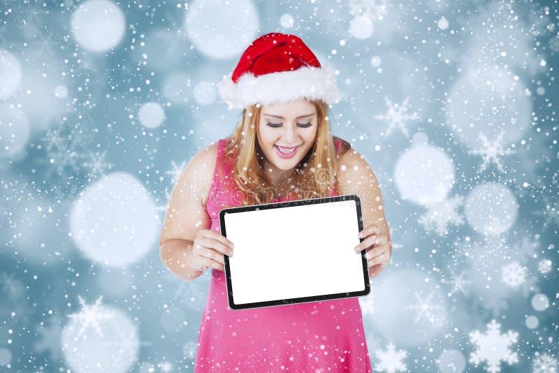 Γυναίκα Χριστουγέννων που κρατά τον κενό πίνακα στοκ φωτογραφίες με δικαίωμα ελεύθερης χρήσης