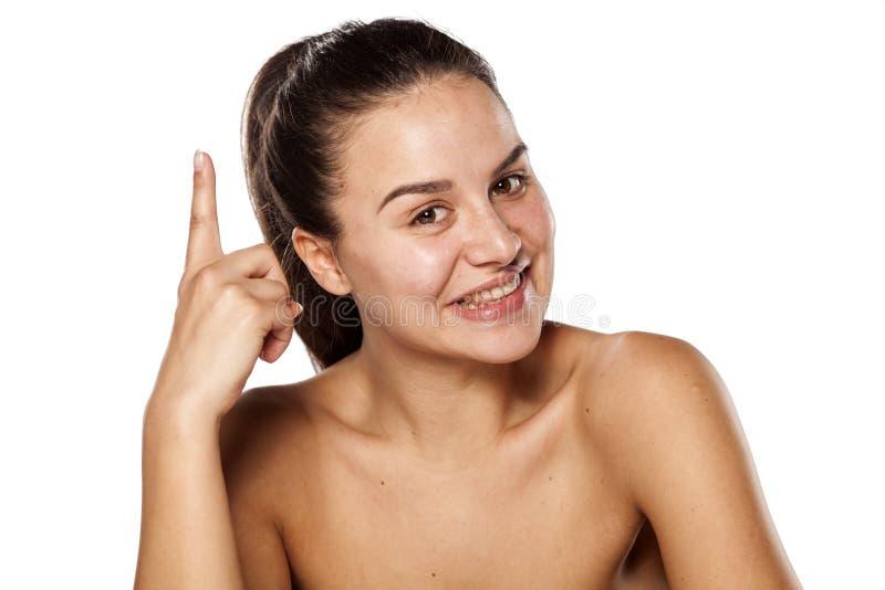 Γυναίκα χωρίς makeup που δείχνει επάνω στοκ εικόνες
