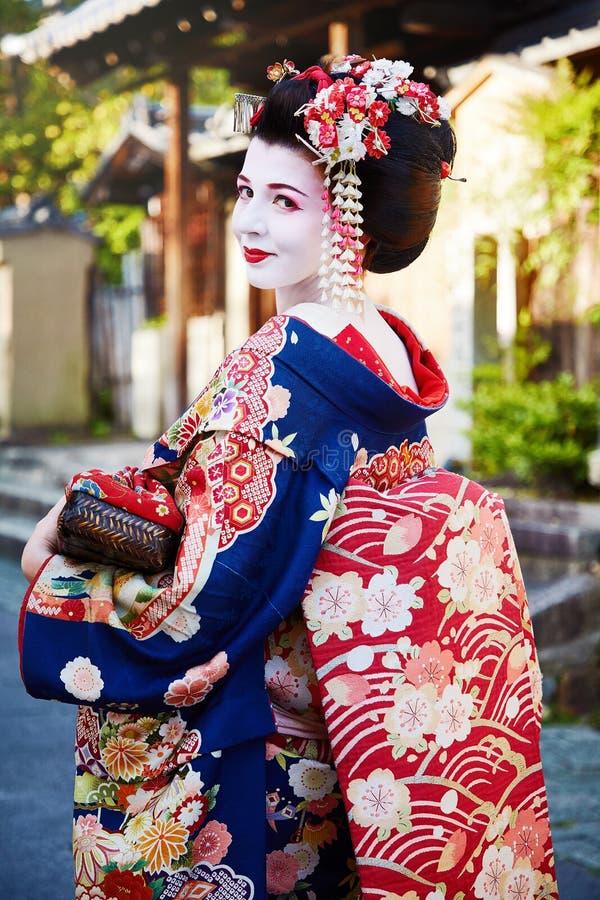 Γυναίκα ως γκέισα maiko σε μια οδό Gion στο Κιότο Ιαπωνία στοκ εικόνες