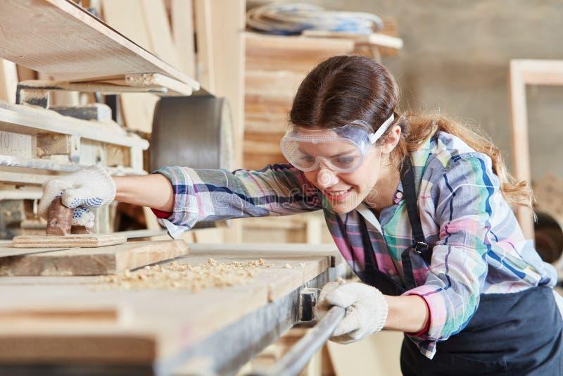 Γυναίκα ως ξυλουργό στοκ εικόνες