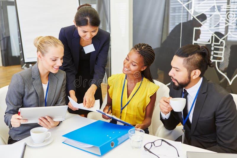 Γυναίκα ως σύμβουλο κατά τη διάρκεια της επιχειρησιακής συνεδρίασης στοκ φωτογραφία με δικαίωμα ελεύθερης χρήσης