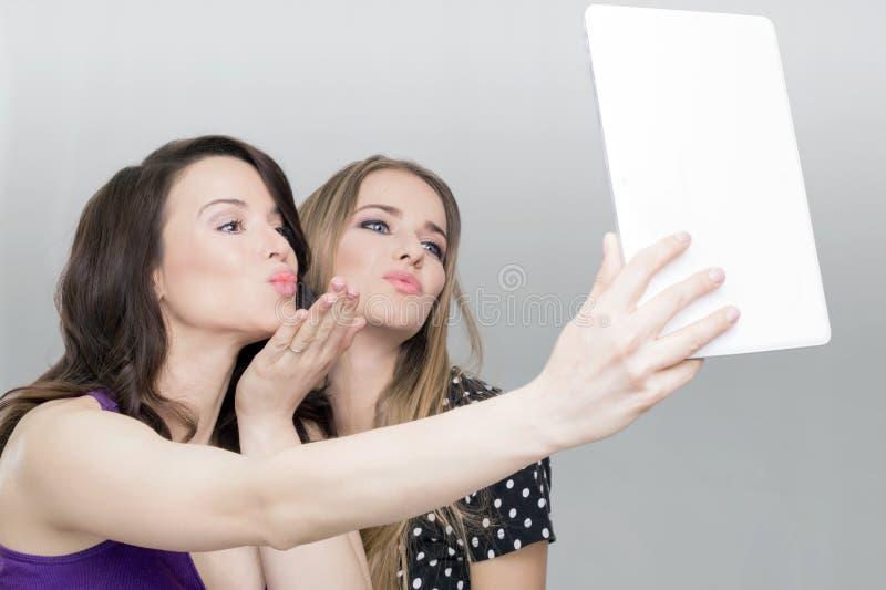 Γυναίκα δύο και ταμπλέτα στοκ φωτογραφία με δικαίωμα ελεύθερης χρήσης