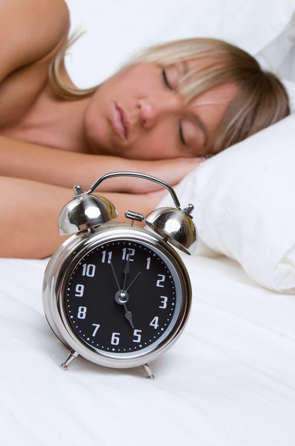 γυναίκα ύπνου ρολογιών στοκ φωτογραφία με δικαίωμα ελεύθερης χρήσης