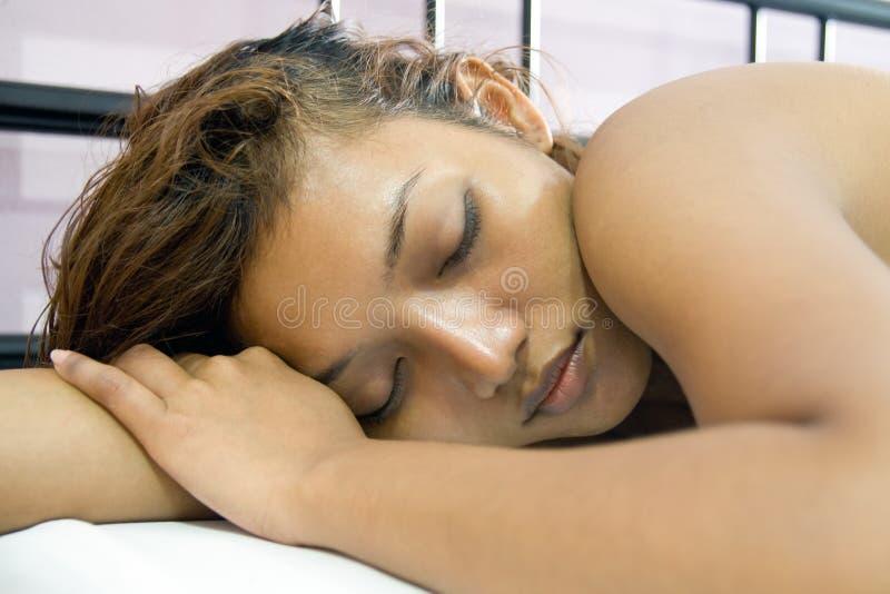 γυναίκα ύπνου σπορείων στοκ εικόνες με δικαίωμα ελεύθερης χρήσης