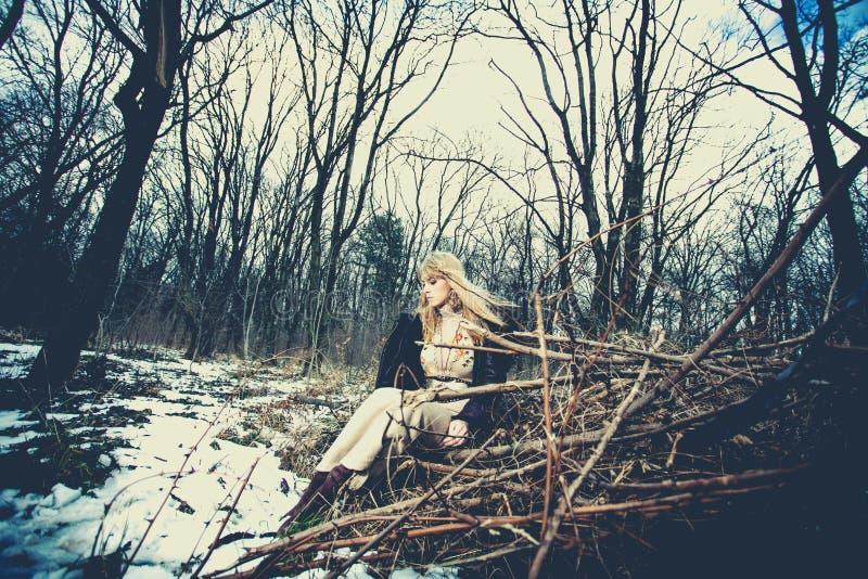Γυναίκα ύφους χειμερινών χίπηδων στοκ εικόνα