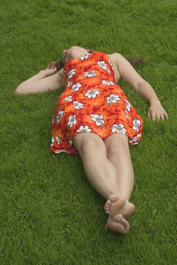 Download γυναίκα στοκ εικόνα. εικόνα από κοιμισμένες, χλόη, έφηβοι - 119109