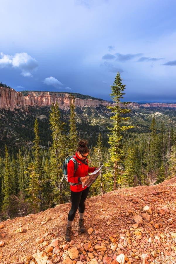 Γυναίκα Backpacker με έναν χάρτη, εθνική ισοτιμία του Bryce φαραγγιών Ponderosa στοκ φωτογραφίες