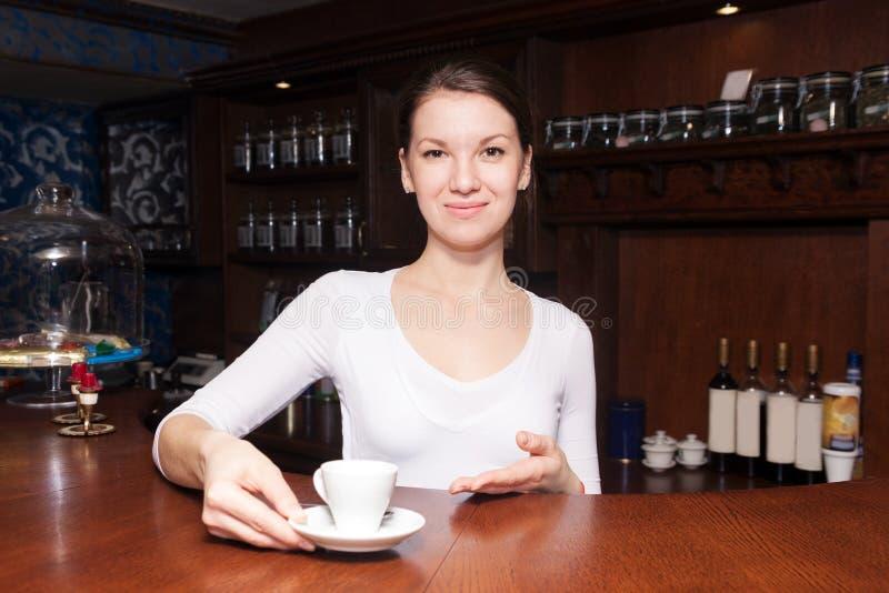 Γυναίκα Barista με τον καφέ στοκ φωτογραφία με δικαίωμα ελεύθερης χρήσης
