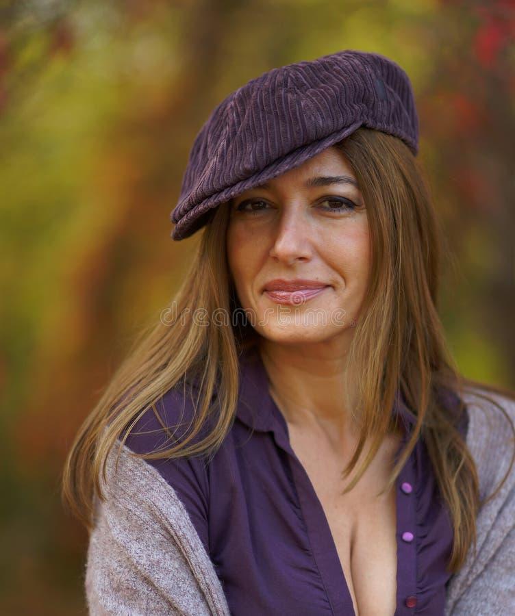 Γυναίκα Beautuful σε μια ΚΑΠ στοκ εικόνα με δικαίωμα ελεύθερης χρήσης