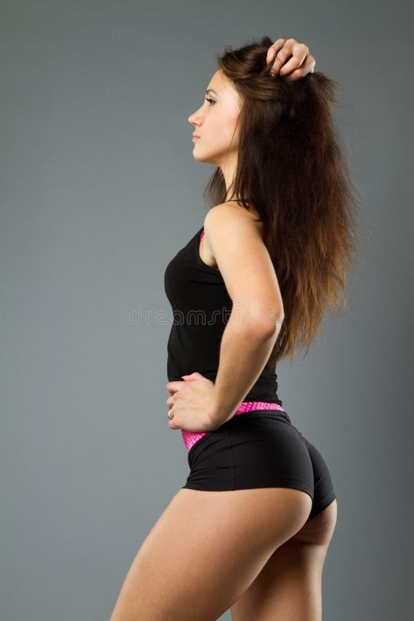 Γυναίκα bodybuilder που χαλαρώνει μετά από την άσκηση στοκ εικόνες με δικαίωμα ελεύθερης χρήσης