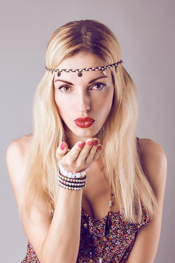 Γυναίκα boho χίπηδων που στέλνει το φιλί ρομαντικό ύφος στοκ εικόνα με δικαίωμα ελεύθερης χρήσης