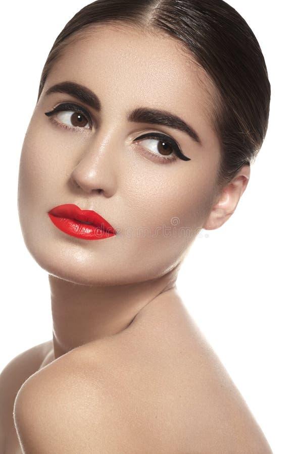 Γυναίκα Brunette με την κόκκινη χειλική σύνθεση γοητείας, καθαρό δέρμα στοκ φωτογραφίες