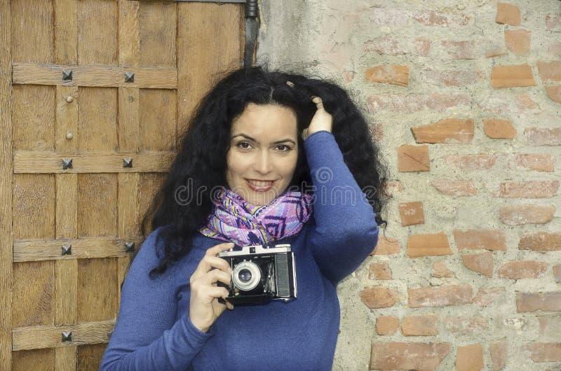 Γυναίκα Brunette με τη συλλογή καμερών φωτογραφιών ταινιών, που παίρνει τις εικόνες στοκ φωτογραφία