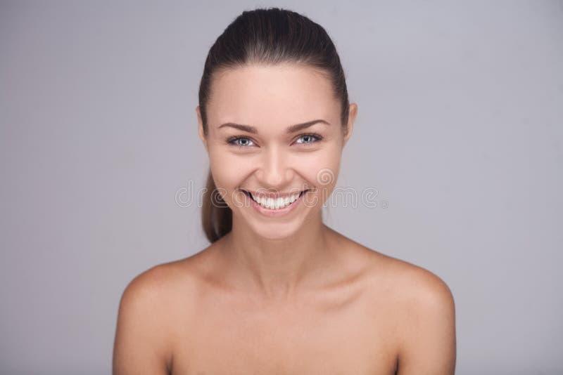 Γυναίκα Brunette με το ευτυχές χαμόγελο που παρουσιάζει τέλεια τοποθέτηση δοντιών της στοκ εικόνες