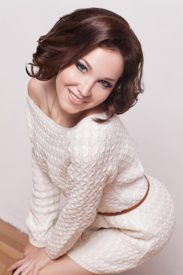 Γυναίκα brunette μόδας με το καφετί σγουρό κορίτσι τρίχας με το τέλειο δέρμα και makeup. Πρότυπος αναδρομικός ομορφιάς στοκ εικόνα με δικαίωμα ελεύθερης χρήσης