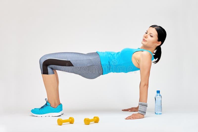 Γυναίκα Brunette που κάνει τις τεντώνοντας ασκήσεις στη γυμναστική στοκ φωτογραφία με δικαίωμα ελεύθερης χρήσης