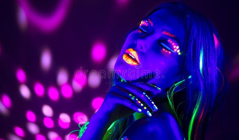 Γυναίκα disco μόδας Χορεύοντας πρότυπο στο φως νέου, πορτρέτο του κοριτσιού ομορφιάς με το φθορισμού makeup στοκ εικόνα