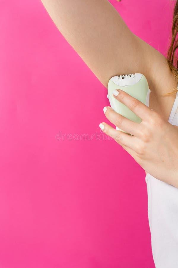 Γυναίκα epilates η μασχάλη της με ένα epilator στοκ φωτογραφίες με δικαίωμα ελεύθερης χρήσης