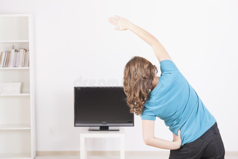 Γυναίκα exericisng στο σπίτι στοκ φωτογραφία με δικαίωμα ελεύθερης χρήσης