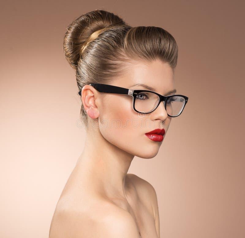Γυναίκα eyeglasses στοκ φωτογραφία με δικαίωμα ελεύθερης χρήσης