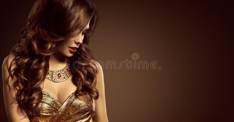 Γυναίκα Hairstyle, όμορφο ύφος τρίχας μόδας πρότυπο μακροχρόνιο καφετί στοκ εικόνα με δικαίωμα ελεύθερης χρήσης