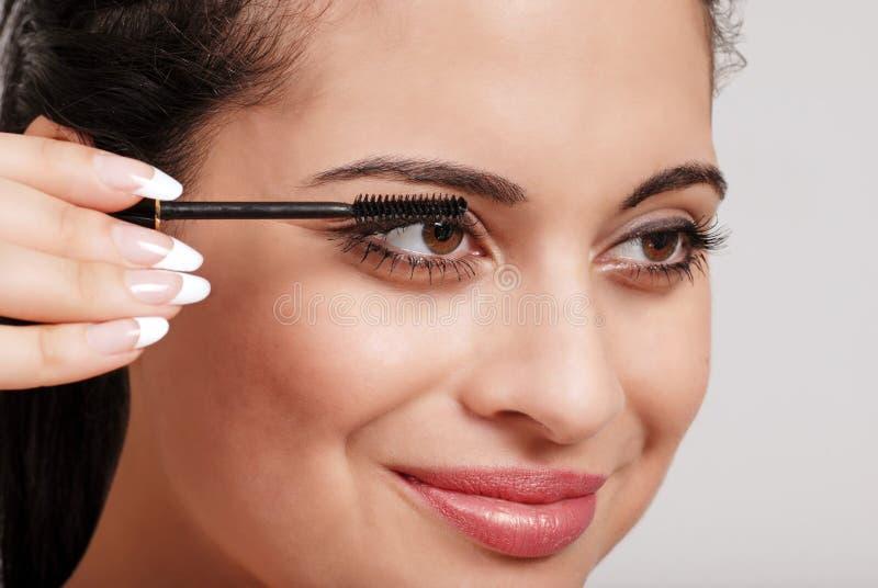 Γυναίκα Headshot που εφαρμόζει mascara στοκ εικόνα με δικαίωμα ελεύθερης χρήσης