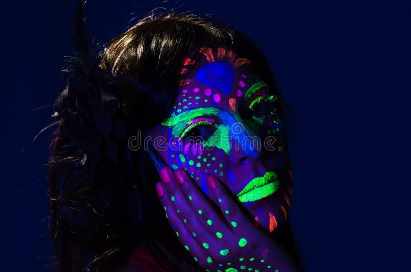 Γυναίκα Headshot που φορά την τρομερή πυράκτωση σκοτεινό σε του προσώπου στοκ εικόνες