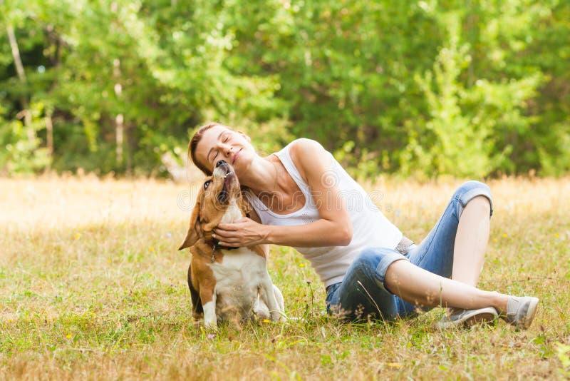 Γυναίκα Joyfull και το σκυλί της σε ένα θερινό λιβάδι στοκ φωτογραφίες με δικαίωμα ελεύθερης χρήσης