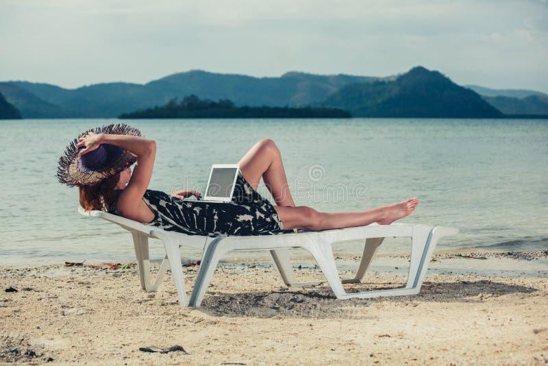γυναίκα lap-top παραλιών στοκ φωτογραφία με δικαίωμα ελεύθερης χρήσης